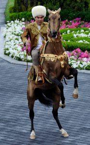 Gurbanguly viser hva han er god fpor på hesteryggen.